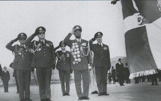 Ο πρόεδρος της Κεντροαφρικανικής Δημοκρατίας, στρατηγός Ζαν Μπέντελ Μποκάσα (δεξιά), με τον αντιβασιλέα Γεώργιο Ζωιτάκη. Ο Μποκάσα πραγματοποίησε δύο επισκέψεις στην Αθήνα, τον Αύγουστο του 1970 και τον Απρίλιο του επόμενου έτους.