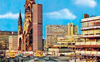 Το Δυτικό Βερολίνο γύρω στο 1970, με την εκκλησία σύμβολο των βομβαρδισμών από το 1943. Είναι ο Ναός του Αυτοκράτορα Γουλιέλμου, χτισμένος το 1891. Ενσωματώθηκε στην εμπορική καρδιά του Δυτικού Βερολίνου.