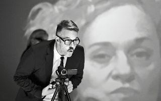 Ο Χρήστος Λούλης βιντεοσκοπεί την Μαρία Κεχαγιόγλου, «σαν εγκλωβισμένοι στο μικροσκόπιο που σε βάζει ο άλλος ή βάζεις εσύ ο ίδιος τον εαυτό σου».