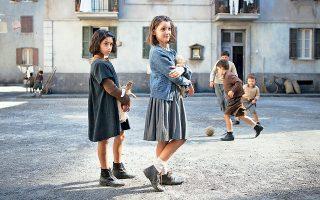 Στη Νάπολη του 1950 η μικρή Λενού και η Λίλα θα περάσουν τα παιδικά τους χρόνια και από έφηβες θα γίνουν γυναίκες. Σκηνή από τη σειρά του ΗΒΟ.