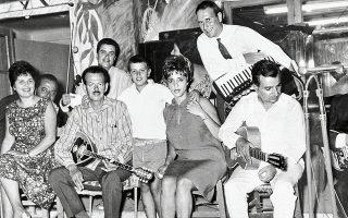 Από αριστερά: Η Ρίτα Σακελλαρίου, ο Βασίλης Τσιτσάνης, η Πόλυ Πάνου και ο Αντώνης Ρεπάνης στην κιθάρα.