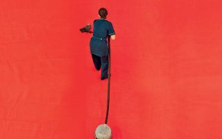 Στην ταινία «Η δουλειά της» του Nίκου Labot, μια 40χρονη, νοικοκυρά με δύο παιδιά και σύζυγο άνεργο, αναγκάζεται να αναζητήσει δουλειά ως καθαρίστρια.
