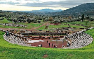 Το εντυπωσιακό θέατρο της Αρχαίας Μεσσήνης μονοπώλησε το ενδιαφέρον των μικρών προσφύγων.