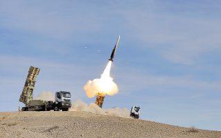 Αντιαεροπορικός πύραυλος Sayyad 2 εκτοξεύεται στη διάρκεια ασκήσεων, σε άγνωστη τοποθεσία, στο Ιράν.