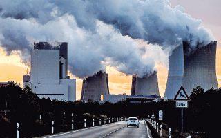 Ατμός βγαίνει από τα φουγάρα του εργοστασίου παραγωγής ηλεκτρικής ενέργειας από λιγνίτη στο Μπόξμπεργκ της Γερμανίας. Η Ε.Ε. όχι μόνον έχει τηρήσει τη συμφωνία της Διάσκεψης του Παρισιού, αλλά ξεπέρασε και τους στόχους της για μείωση κατά 40% μέχρι το 2030.
