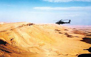 Επιθετικό ελικόπτερο «Απάτσι» της Αεροπορίας Στρατού πετάει πάνω από την έρημο, στο πλαίσιο άσκησης με τις χερσαίες δυνάμεις του Ισραήλ. Εξι ελληνικά ελικόπτερα πέταξαν μέχρι το Ισραήλ και στην επιστροφή έκαναν στάση στην Κύπρο. Για περίπου 10 ημέρες, η ισραηλινή αεροπορία πραγματοποιούσε ασκήσεις συνεκπαίδευσης στην Ελλάδα με 12 αεροσκάφη, έχοντας ως βάση την 110 Πτέρυγα Μάχης στη Λάρισα.