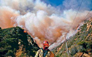 Από τα φαράγγια του Μαλιμπού, οι φλόγες πέρασαν στις κατοικίες πλουσίων και διασήμων, κοστίζοντας τη ζωή δύο ανθρώπων. Βορειότερα, κοντά στο Σακραμέντο εξακολουθούσε χθες να μαίνεται η φονικότερη πυρκαγιά στην ιστορία της Καλιφόρνιας, με προσωρινό απολογισμό 42 νεκρούς και 228 αγνοουμένους. Οι δηλώσεις του Αμερικανού προέδρου περί «κακοδιαχείρισης» προξένησαν αντιδράσεις.