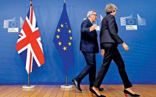Ο πρόεδρος της Κομισιόν Ζαν-Κλοντ Γιούνκερ καθοδηγεί τη Βρετανίδα πρωθυπουργό Τερέζα Μέι κατά τη χθεσινή τους συνάντηση στις Βρυξέλλες. «Εγινε σημαντική πρόοδος», είπε εκπρόσωπος της Επιτροπής. Η Μέι, απαντώντας σε ερωτήσεις στην «ώρα του πρωθυπουργού» στη Βουλή, προειδοποίησε ότι ενδεχόμενη απόρριψη του σχεδίου για Brexit από το Κοινοβούλιο θα προκαλούσε αβεβαιότητα και διχασμό.