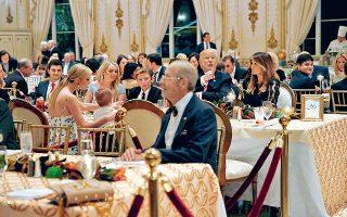 Ο Αμερικανός πρόεδρος Ντόναλντ Τραμπ και η Πρώτη Κυρία των ΗΠΑ Μελάνια απαθανατίζονται στο δείπνο των Ευχαριστιών, στο Μαρ-α-Λάγκο στο Παλμ Μπις της Φλόριντα. Ο Τραμπ επιμένει να διατηρεί στο απυρόβλητο τον οίκο των Σαούντ για την υπόθεση Κασόγκι, παρά το γεγονός ότι η CIA φέρεται να έχει πεισθεί για την εμπλοκή του πρίγκιπα διαδόχου Μοχάμεντ μπιν Σαλμάν στη φρικτή δολοφονία.
