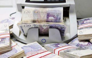 Το μεγαλύτερο πλήγμα δέχθηκε η στερλίνα, η οποία μετά τις αλλεπάλληλες παραιτήσεις μελών της βρετανικής κυβέρνησης υποχώρησε 1,9% έναντι του δολαρίου και το βράδυ κυμαινόταν στο 1,2777 δολάριο.