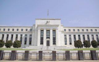 Το δολάριο υποχώρησε, καθώς η Federal Reserve άφησε να διαφανεί κάποια ανησυχία για μια ενδεχόμενη επιβράδυνση της αμερικανικής οικονομίας.