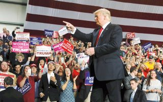 Οι αποδόσεις των δεκαετών ομολόγων των ΗΠΑ υποχώρησαν κατά 2 μονάδες βάσης κάτω του 3,2%, λόγω ανησυχιών ότι οι Δημοκρατικοί στις σημερινές εκλογές θα έχουν προβάδισμα έναντι των Ρεπουμπλικανών – κι αυτό ίσως παρεμποδίσει την προώθηση των φοροαπαλλαγών του Αμερικανού προέδρου Τραμπ.