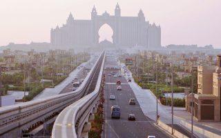 Στο Ντουμπάι κλονίζονται οι τρεις βασικοί πυλώνες της οικονομίας του – τουρισμός, εμπόριο και χρηματοπιστωτικές υπηρεσίες. Η πτώση των τιμών του πετρελαίου από το 2014 και μετά έχει πλήξει την οικονομική ευημερία των γειτονικών αραβικών χωρών, από τις οποίες προέρχεται μεγάλο ποσοστό των τουριστών.