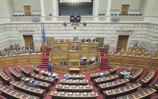 Ο Χρ. Σπίρτζης βρέθηκε αντιμέτωπος στη Βουλή με τα πυρά της αντιπολίτευσης αναφορικά με την ύπαρξη «σκιών» και ενδείξεων σκανδαλωδών ρυθμίσεων στο σχέδιο νόμου.
