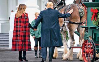 Είναι το προεδρικό χούι: το χέρι να πηγαίνει κατευθείαν στα καπούλια...