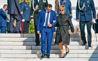 Φαντάζομαι ότι ο κύριος στον οποίο στηρίζεται η υφυπουργός Aμυνας Μαρία Κόλλια-Τσαρουχά πρέπει να είναι και Σερραίος και γυμναστής...