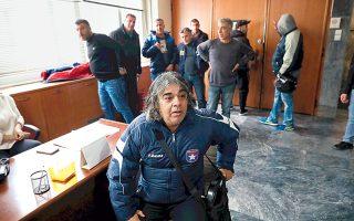 Η ξεκούραση του αγωνιστή. (Εικονίζεται καθήμενος, φορώντας τη φόρμα του Αστέρα Ζωγράφου.) Γραφικό στιγμιότυπο από την εισβολή της ΠΟΕ-ΟΤΑ στο υπουργείο Εργασίας.