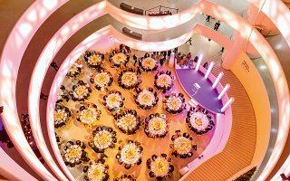 Εντυπωσιακή λήψη της εκδήλωσης από ψηλά, όπου φαίνεται η αρχιτεκτονική του Μουσείου Γκούγκενχαϊμ.