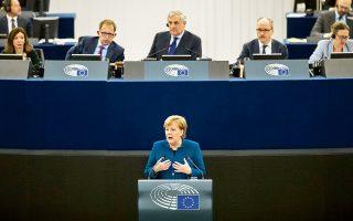 Η Γερμανίδα καγκελάριος Αγκελα Μέρκελ εκφωνώντας χθες την ομιλία της στο Ευρωκοινοβούλιο, στο Στρασβούργο.