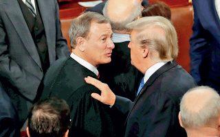 Ο πρόεδρος Τραμπ συνομιλεί με τον διορισμένο, από τον πρόεδρο Τζορτζ Μπους τον νεότερο, πρόεδρο του Ανωτάτου Δικαστηρίου Τζον Ρόμπερτς, τον Ιανουάριο του 2018.