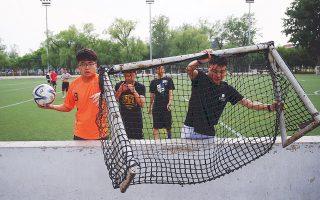 Κινέζοι μαθητές ετοιμάζονται για αγώνα ποδοσφαίρου σε γήπεδο στο κέντρο του Πεκίνου.