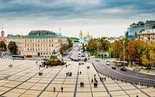 Η πλατεία με τον καθεδρικό της Αγίας Σοφίας φιλοξενεί και το χριστουγεννιάτικο παζάρι του Κιέβου. (Φωτογραφία: Getty Images/Ideal Image)