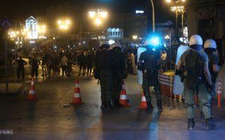 Άνδρες των ΜΑΤ αντιμέτωποι με ομάδες ακροδεξιών σε επεισόδια κατά μήκος της προκυμαίας μετά τη συγκέντρωση διαμαρτυρίας που πραγματοποιήθηκε έξω από το Αίθριο της Γενικής Γραμματείας Αιγαίου, όπου μίλησε ο πρωθυπουργός Αλέξης Τσίπρας στο 14ο Περιφερειακό Συνέδριο για την Παραγωγική Ανασυγκρότηση, στη Μυτιλήνη, την Πέμπτη 3 Μαΐου 2018. Με κινητοποιήσεις, απεργίες και κλειστά καταστήματα αντιδρούν κάτοικοι και φορείς της Λέσβου στην επίσκεψη του πρωθυπουργού Αλέξη Τσίπρα για να συμμετάσχει στο 14ο Αναπτυξιακό Συνέδριο Βορείου Αιγαίου. Πάγιο αίτημα των κατοίκων και των φορέων είναι η άμεση αποσυμφόρηση από τον μεγάλο αριθμό προσφύγων και μεταναστών, αλλά και η διατήρηση των μειωμένων συντελεστών ΦΠΑ. ΑΠΕ ΜΠΕ/ΑΠΕ ΜΠΕ/ΟΡΕΣΤΗΣ ΠΑΝΑΓΙΩΤΟΥ