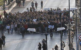 Φοιτητές μεταφέρουν τη ματωμένη σημαία κατά τη διάρκεια πορείας για την 43η επέτειο της εξέγερσης του Πολυτεχνείου το 1973 στην Αθήνα, Πέμπτη 17 Νοεμβρίου 2016. Με την πορεία προς την αμερικανική πρεσβεία ολοκληρώνονται οι τριήμερες εκδηλώσεις για την 43η επέτειο της εξέγερσης του Πολυτεχνείου. ΑΠΕ-ΜΠΕ/ΑΠΕ-ΜΠΕ/ΣΥΜΕΛΑ ΠΑΝΤΖΑΡΤΖΗ