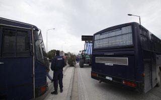 """Κυκλοφοριακές ρυθμίσεις της αστυνομίας για την πρόσβαση των αυτοκινήτων στο αεροδρόμιο """"Μακεδονία"""" έπειτα από αποκλεισμό του από αγρότες, την Πέμπτη 9 Φεβρουαρίου 2017. Αγρότες και κτηνοτρόφοι της Μακεδονίας έκλεισαν το δρόμο προς το αεροδρόμιο """"Μακεδονία"""" και μοίρασαν κριθαράκι και αγριογούρουνο. ΑΠΕ-ΜΠΕ/ΑΠΕ-ΜΠΕ/ΝΙΚΟΣ ΑΡΒΑΝΙΤΙΔΗΣ"""