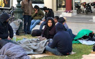 Πρόσφυγες και μετανάστες έχουν κατασκηνώσει έξω από το Αστυνομικό Τμήμα στην Πλατεία Αριστοτέλους, περιμένοντας να συλληφθούν, για να πάρουν το υπηρεσιακό σημείωμα εξάμηνης παραμονής, τη Δευτέρα 8 Οκτωβρίου 2018.  ΑΠΕ- ΜΠΕ/ΑΠΕ- ΜΠΕ/Αλεξάνδρα Χαζηγεωργίου