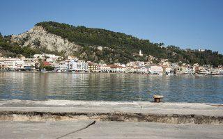 Ζημιές έχει υποστεί το λιμάνι της Ζακύνθου από τον σεισμό  , Παρασκευή 26 Οκτωβρίου 2018. Σεισμική δόνηση 6,4 βαθμών της κλίμακας Ρίχτερ, σύμφωνα με το Γεωδυναμικό Ινστιτούτο του Αστεροσκοπείου Αθηνών, σημειώθηκε στη 01:54 τη νύχτα της Πέμπτης προς Παρασκευή στη θαλάσσια περιοχή ανοικτά της Ζακύνθου, στο Ιόνιο Πέλαγος, προκαλώντας πάντως, σύμφωνα με τις μέχρι τώρα πληροφορίες μόνο υλικές ζημιές .Η σεισμική δόνηση είχε επίκεντρο θαλάσσια περιοχή 44 χιλιόμετρα νότια-νοτιοδυτικά της Ζακύνθου, διευκρίνισε το Γεωδυναμικό Ινστιτούτο. ΑΠΕ-ΜΠΕ/ΑΠΕ-ΜΠΕ/Διονύσης Παπαντώνης