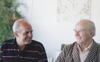 Χαμογελαστοί ο Στάμος Ζούλας με τον Κωνσταντίνο Καραμανλή, ο οποίος τον άκουγε πάντοτε με ιδιαίτερο ενδιαφέρον.