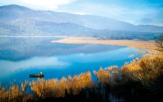 Η λίμνη Ζάζαρη, στους πρόποδες του όρους Βέρνο.(Φωτογραφία: ΟΛΓΑ ΧΑΡΑΜΗ)