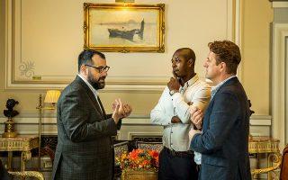 Οι δύο Βρετανοί επισκέπτες μιλούν με τον συνεργάτη του «Κ» Άγγελο Ρέντουλα.