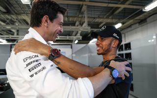 O Lewis Hamilton δέχεται τα συγχαρητήρια του Toto Wolff, Διευθύνοντος Συμβούλου και Προέδρου της Ομάδας της Mercedes-AMG Petronas Motorsport