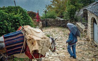 Στους Καλαρρύτες οι προμήθειες μεταφέρονται ακόμη με γαϊδουράκι. (Φωτογραφία: ΠΕΡΙΚΛΗΣ ΜΕΡΑΚΟΣ)