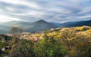 Το Καρπενήσι ξεχωρίζει κυρίως για τη θέση του, καθώς περιτριγυρίζεται από βουνά και πλούσια φύση. (Φωτογραφία: ΚΛΑΙΡΗ ΜΟΥΣΤΑΦΕΛΛΟΥ)