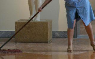 Καθαρίστρια εργάζεται μπροστά από άγαλμα Κούρου (590-570 πΧ ) στο Εθνικό Αρχαιολογικό Μουσείο της Αθήνας που ανοίγει τις  πύλες του για το κοινό μετά από 20 μήνες εργασιών συντήρησης , Αθήνα  Πέμπτη 24 Ιουνίου 2004.