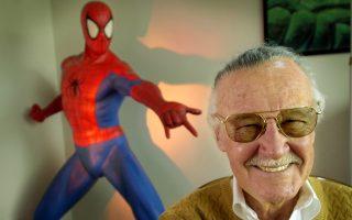 Ο Σταν Λι (1922-2018) και στο φόντο η φιγούρα του Σπάιντερμαν, του διαχρονικού ήρωα που δημιούργησε το 1962 και κατέκτησε τον κόσμο των κόμικς.