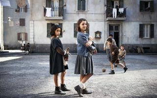 Η Λουντοβίκα Νάστι (αριστερά) και η Ελίσα ντελ Τζένιο, η Λίλα και η Έλενα, στην αρχή της φιλίας τους, στη Νάπολη του '50. © Eduardo Castaldo