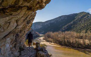 Μονοπάτι πάνω από τον Νέστο, τον πέμπτο μεγαλύτερο ποταμό της Ελλάδας. (Φωτογραφία: ΠΕΡΙΚΛΗΣ ΜΕΡΑΚΟΣ)