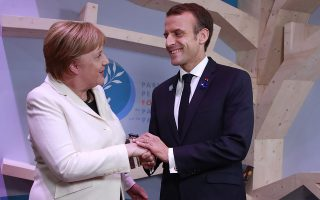epa07159232 German Chancellor Angela Merkel and French President Emmanuel Macron hold hands after leaving books at the peace library at the Paris Peace Forum as part of the commemoration ceremony for Armistice Day, 100 years after the end of the First World War, in Paris, France, 11 November 2018. World leaders have gathered in France to mark the 100th anniversary of the First World War Armistice with services taking place across the world to commemorate the occasion.  EPA/GONZALO FUENTES / POOL MAXPPP OUT