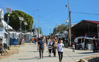 Πρόσφυγες και μετανάστες που βρίσκονται κατά την αυτοψία του ΑΠΕ ΜΠΕ στο Κέντρο Υποδοχής και Ταυτοποίησης (ΚΥΤ) στη Μόρια, Κυριακή 23 Σεπτεμβρίου 2018. Σήμερα στο νησί της Λέσβου διαμένουν επίσημα 10.841 πρόσφυγες και μετανάστες. Από αυτούς σύμφωνα με τα στοιχεία της 21ης Σεπτεμβρίου 8706 διαμένουν στη Μόρια, 1.191 στον καταυλισμό του Καρά Τεπέ που διαχειρίζεται ο Δήμος Λέσβου, 748 άτομα διαμένουν σε δομές που διαχειρίζεται η ΑΜΚΕ «Ηλιαχτίδα», 91 διαμένουν στη δομή του πρώην ΠΙΚΠΑ και τέλος 105 κρατούνται στο κλειστό χώρο του Προαναχωρησιακού Κέντρου, σε έναν ιδιαίτερο χώρο στο κέντρο του καταυλισμού της Μόριας. Αύριο Δευτέρα 24 Σεπτεμβρίου φεύγουν από τον καταυλισμό του Κέντρου Υποδοχής και Ταυτοποίησης (ΚΥΤ) 400 άτομα με προορισμό τις νέες δομές που ετοιμάστηκαν στην υπόλοιπη Ελλάδα. Θα ακολουθήσουν 80 την Τρίτη, άλλοι 400 την Τετάρτη, 600 το διήμερο Πέμπτης και Παρασκευής. Σχεδόν 2000 μέχρι την τελευταία μέρα του μήνα. Και μετά άλλοι 1000. Στο πρώτο 10ήμερο του Οκτωβρίου.  Όλοι τους με κατεύθυνση τις νέες δομές στη βόρεια Ελλάδα. 1100 στη Βόλβη. 560 στον Κατσικά Ιωαννίνων. 860 στα Γρεβενά. 280 στη Φιλιππιάδα. ΑΠΕ
