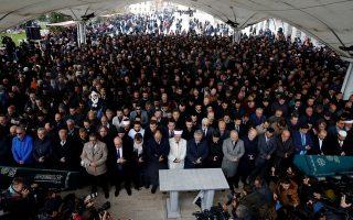 Τούρκοι πολίτες παίρνουν μέρος σε εικονική κηδεία του Σαουδάραβα δημοσιογράφου Τζαμάλ Κασόγκι, στο τέμενος Φατίχ, στην Κωνσταντινούπολη.