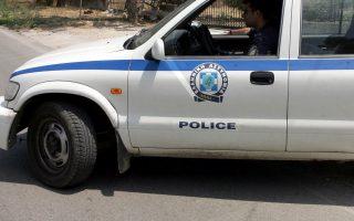 Περιπολικο της Αστυνομίας εξω από αποθήκη εταιρείας όπλων στην οποία σημειώθηκε στις 9.30 σήμερα το πρωί ληστεία . Πέντε άτομα που φορούσαν στολές της ΕΛΑΣ και κουκούλες τα οποία εισήλθαν στην αποθήκη που βρίσκεται στη λεωφόρο Πάρνηθος 312, στο Μενίδι και με την απειλή όπλων αφαίρεσαν όπλα και ένα φορτηγό με φυσίγγια , με το οποίο και διέφυγαν, Τετάρτη 12 Ιουλίου 2006.