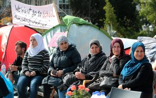 Πρόσφυγες , κυρίως γυναίκες με μικρά παιδιά, που έχει εγκριθεί η επανένωση τους με τα άλλα μέλη της οικογενείας τους που βρίσκονται στην Γερμανία αλλά δεν τους έχει επιτραπεί να ταξιδέψουν παραμένουν στο Σύνταγμα διαμαρτυρόμενοι για την παραβίαση των κανόνων της συνθήκης του Δουβλίνου  , Τρίτη 14 Νοεμβρίου 2017. . Σύμφωνα με τη Συνθήκη του Δουβλίνου οι άνθρωποι αυτοί θα έπρεπε να βρίσκονται ήδη στον προορισμό τους όπου βρίσκονται τα υπόλοιπα μέλη της οικογενείας τους ΑΠΕ-ΜΠΕ/ΑΠΕ-ΜΠΕ/Παντελής Σαίτας