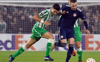 epa07198034 Real Betis' Marc Bartra (L) in action against Olympiacos' Kostas Fortounis (L) during their UEFA Europa League group F soccer match at the Benito Villamarin stadium in Seville, southern Spain, 29 November 2018.  EPA/Raul Caro Cadenas