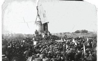 Τα αποκαλυπτήρια του μνημείου προς τιμήν του αρχηγού των δυνάμεων του Νότου, Ρόμπερτ Εντουαρντ Λι, κατά τον αμερικανικό εμφύλιο. Φωτογραφία τραβηγμένη στις 30 Μαΐου 1890, στο Ρίτσμοντ.