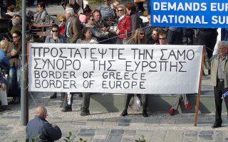 Παλλαϊκή συγκέντρωση διαμαρτυρίας για την έκρυθμη κατάσταση με το προσφυγικό εγινε στην πλατεία Πυθαγόρα στο Βαθύ Σάμου, Δευτέρα 21 Νοεμβρίου 2016. Αιτήματα της συγκέντρωσης είναι η αντιμετώπιση του προσφυγικού και μεταναστευτικού προβλήματος, η άμεση μετακίνηση των μεταναστών στην ηπειρωτική Ελλάδα, η παραμονή του μειωμένου συντελεστή ΦΠΑ στα νησιά και η συνέχιση της προσπάθειας ανάκαμψης του νησιού. ΑΠΕ-ΜΠΕ/ΑΠΕ-ΜΠΕ/STR