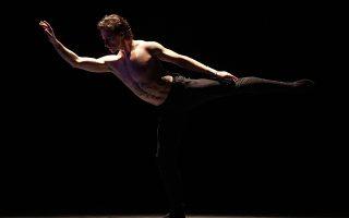 Φωτογραφία που δόθηκε σήμερα στη δημοσιότητα και εικονίζει τον Ουκρανό χορευτή Sergei Polunin να χορεύει στο θέατρο Παλλάς, την Πέμπτη 01 Δεκεμβρίου 2016. Οι διάσημοι χορευτές  Natalia Osipova και Sergei Polunin  αποθεώθηκαν από το αθηναϊκό κοινό στις παραστάσεις που έδωσαν στο θέατρο Παλλάς. Κυριακή 04 Δεκεμβρίου 2016 ΑΠΕ-ΜΠΕ/LAVRIS/ΧΑΡΗΣ ΑΚΡΙΒΙΑΔΗΣ